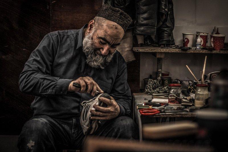 портрет Cтарик в обувной мастерскойphoto preview