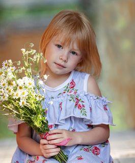 Девочка с ромашками
