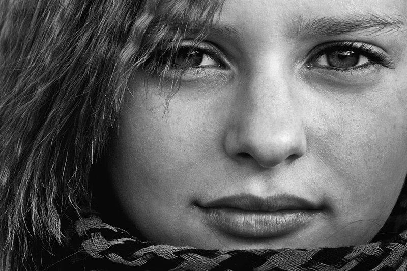 портрет, девушка, глаза, взгляд, волосы, чб, апатиты Привлекательный взглядphoto preview