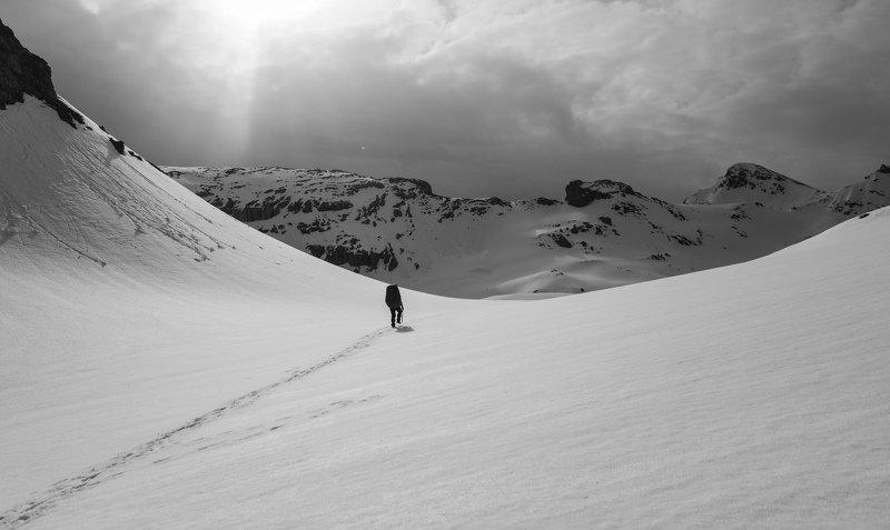 Горы, снег, перевал чб По дуге перевалаphoto preview