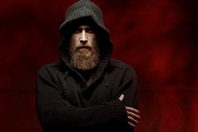 капюшон, красный фон, брутальный, мужчина, борода Брутphoto preview