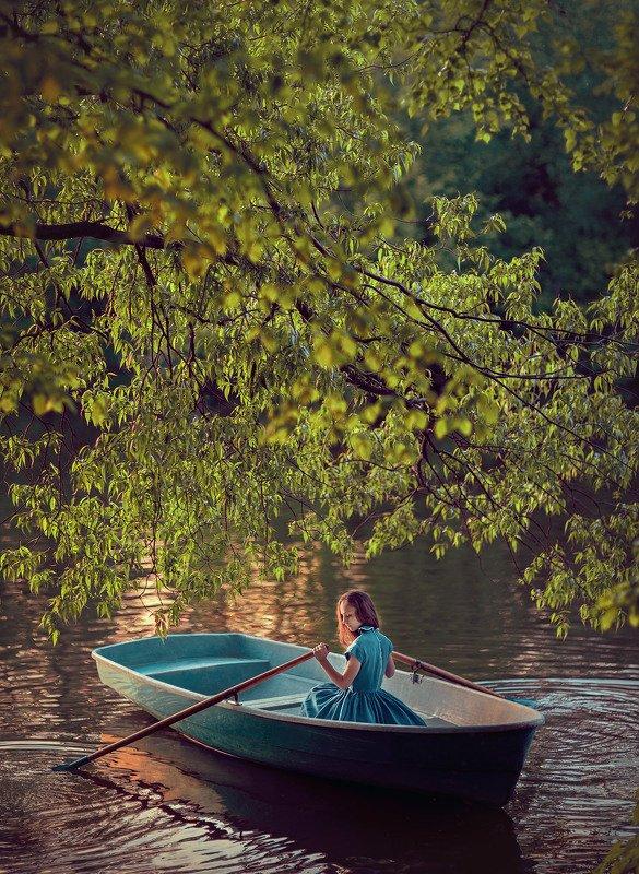 девушка, лодка, на воде, фотосессия в лодке, листья, дерево, озеро В лодкеphoto preview