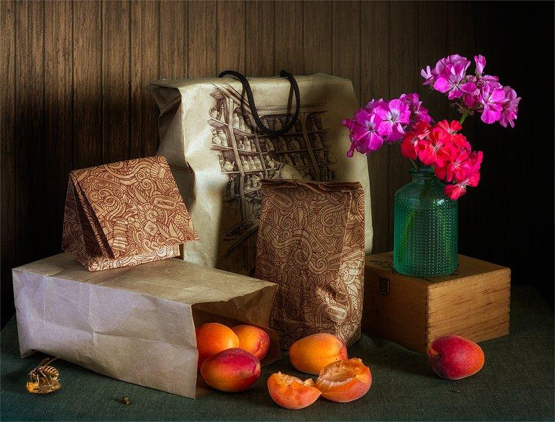 still life, натюрморт,    винтаж,    цветы,   герань, абрикос, спелый,  еда, кулек, покет, оса, насекомое, натюрморт с абрикосами и цветами гераниphoto preview