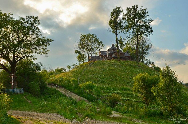 карпаты, с. ясиня, лето, церковь вознесения господня (струковская) Видишь там, на горе, возвышается крест...photo preview
