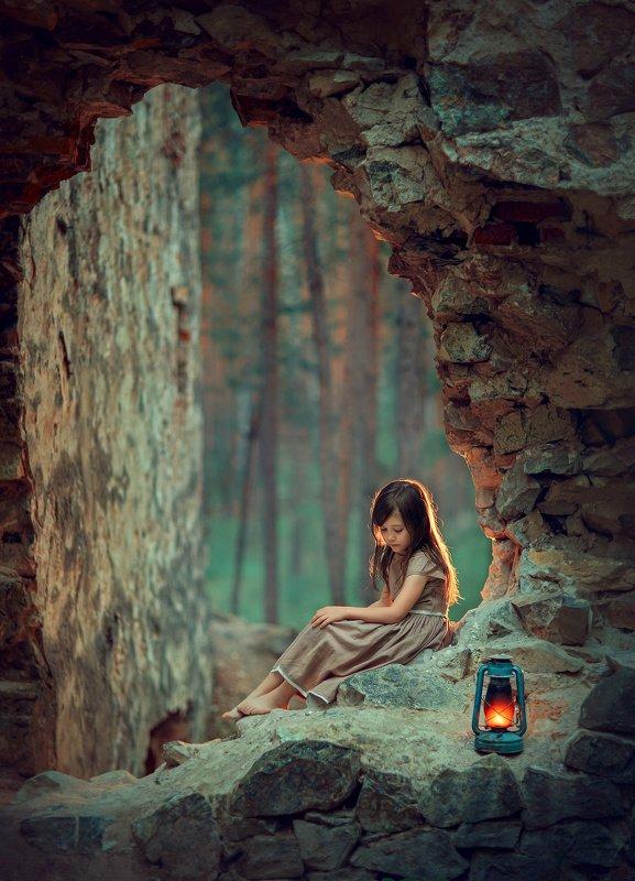 девочка, вечер, свет, лампа, замок, десткая фотосессия, детский фотограф photo preview