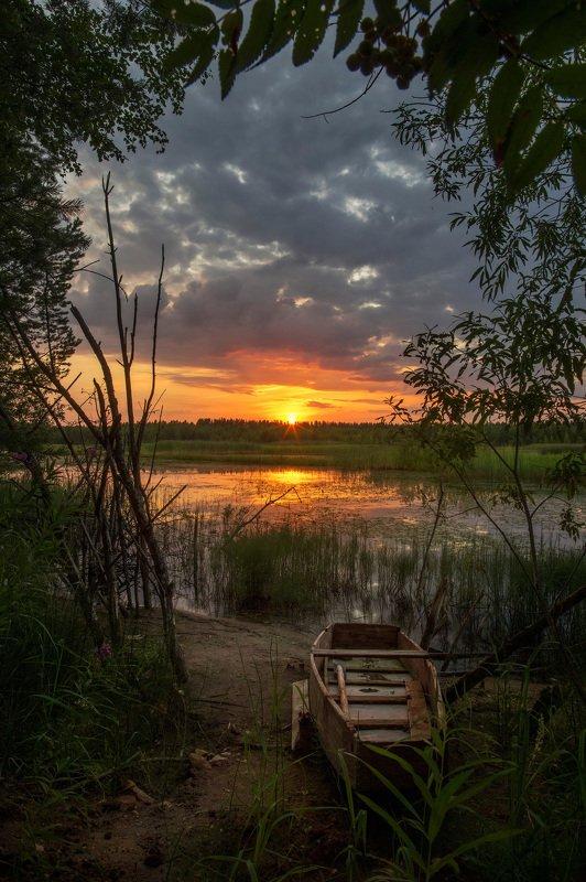 Закат озеро лодка Вечер на берегуphoto preview