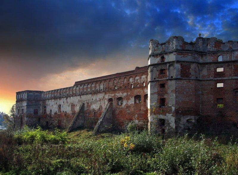 старое село Старо-Сельская фортецiя в лучах закатаphoto preview