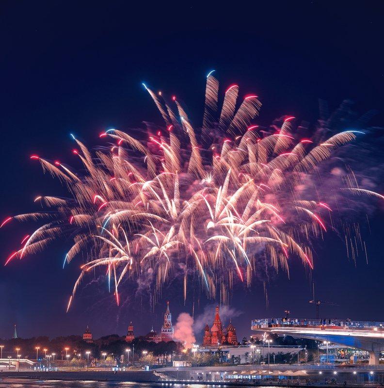 ночь, салют, кремль, москва, зарядье, мост, парящий мост Салют над Кремлемphoto preview