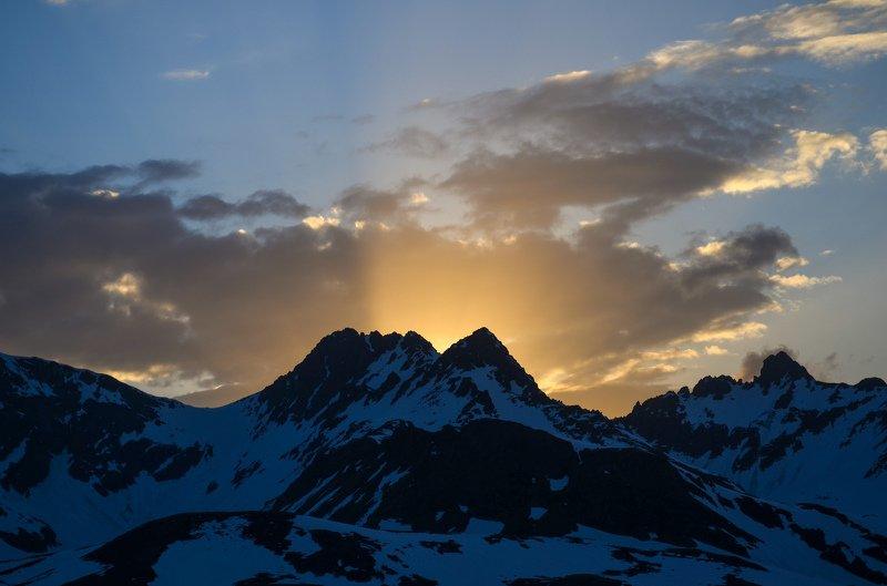 горы, закат, лучи Корона из лучейphoto preview
