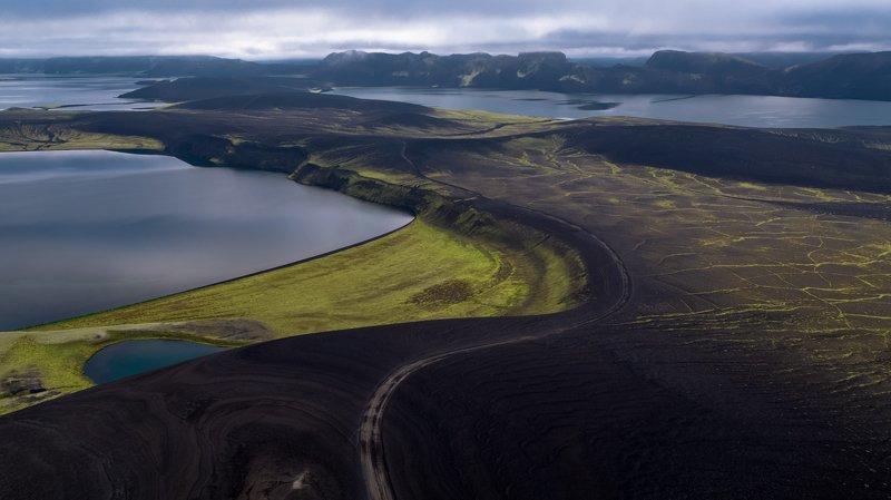 исландия,пейзаж,дорога,горы,облака,озеро,аэрофотосъёмка,пейзаж black green earthphoto preview
