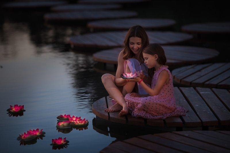 лотосы, у воды, на пруду, пруд, мама и дочка, семейная фотография, на воде Лотосы у водыphoto preview
