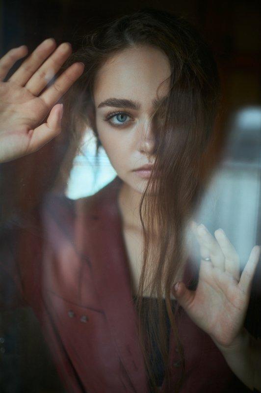 portrait, портрет, girl, brunette, portraiture, indoor, девушка, молодость,июль, ламповый, retouch, ретушь, цвет, cinematic, поезд,train Anna photo preview
