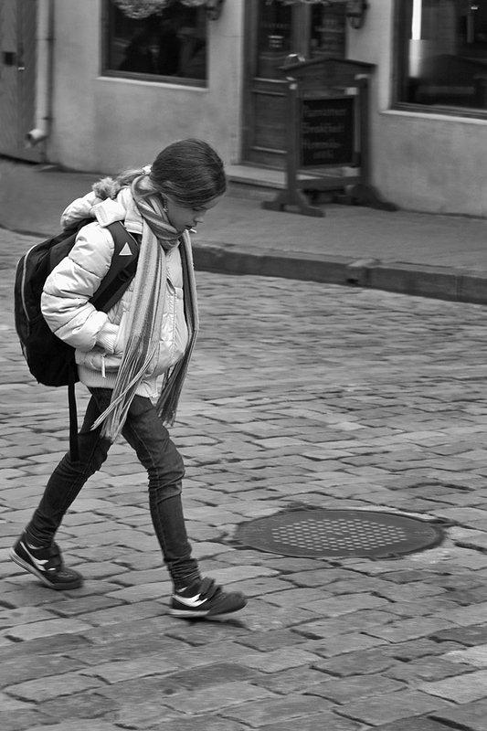 город, улочка, девушка, чб, таллин, апатиты Задумчивостьphoto preview