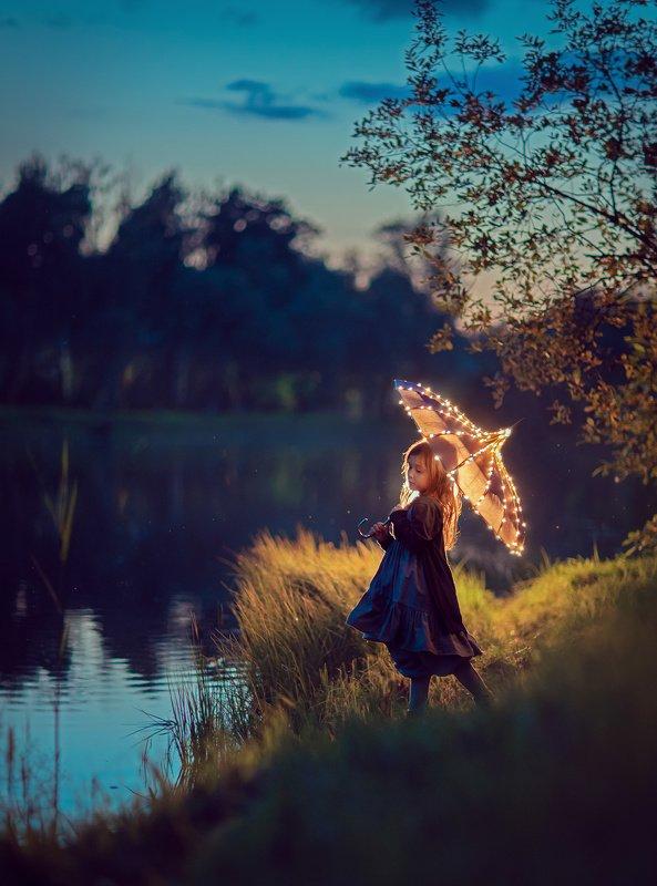 детский фотограф, волшебный фотограф, магия, вечерняя фотография, синий час, девочка, зонт, лето, отражения, вода Летний вечерphoto preview