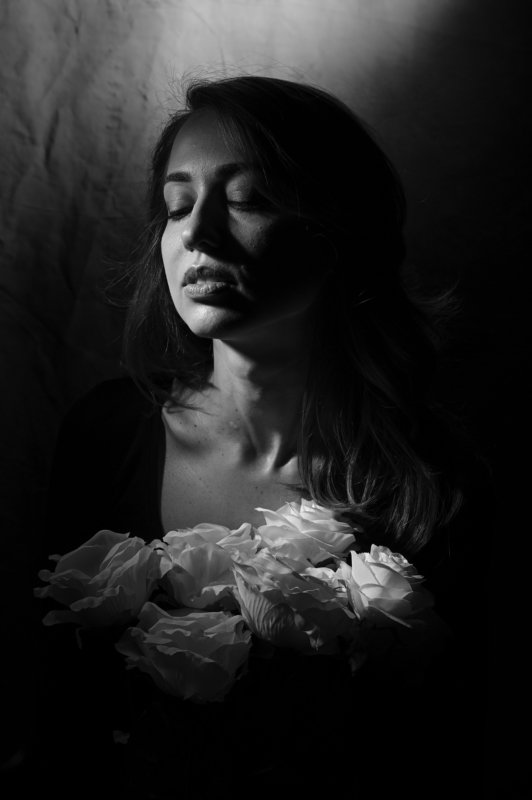 Портрет девушки с розамиphoto preview