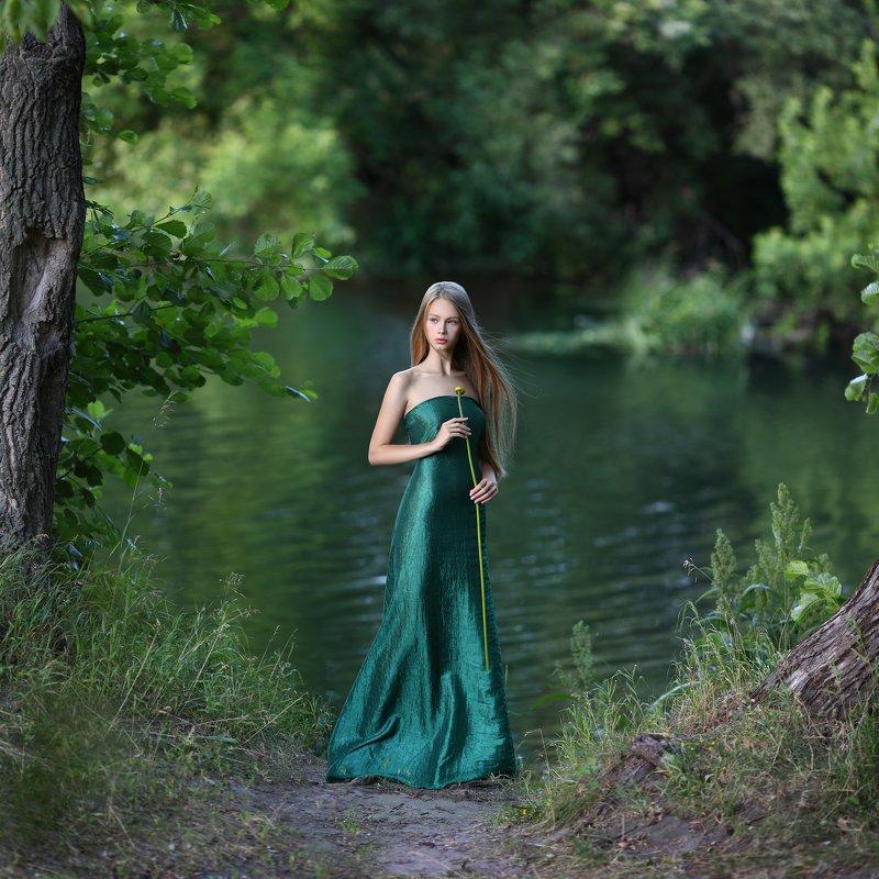кувшинка, девушка у реки, зеленый, зеленое платье, развиваются волосы, лето,   фото превью
