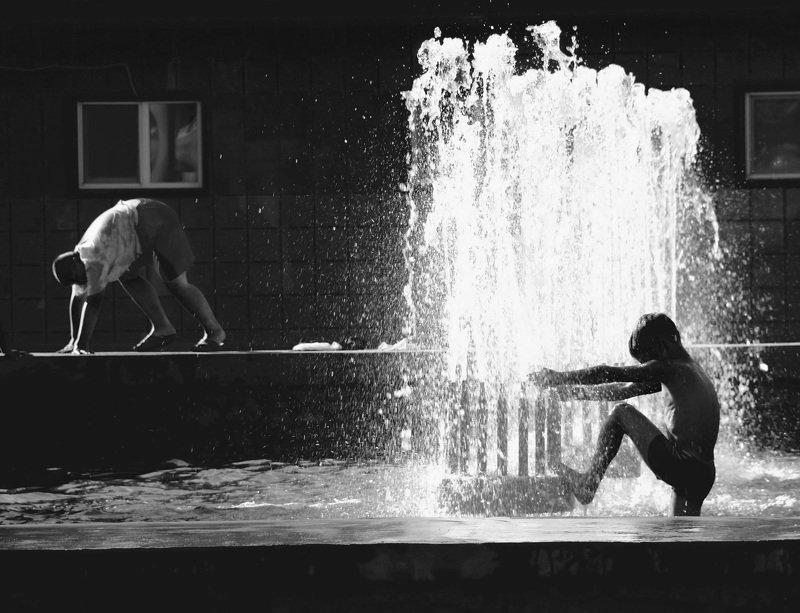 дети,чб,фонтан,лето Воспоминания из детстваphoto preview