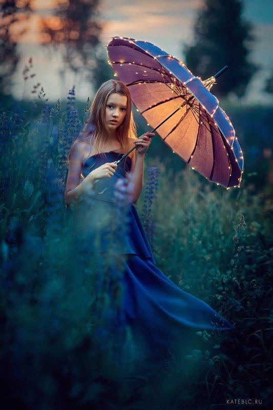 детский фотограф, волшебный фотограф, волшебная фотосессия, девушка, вечер, зонт, люпины Полинаphoto preview