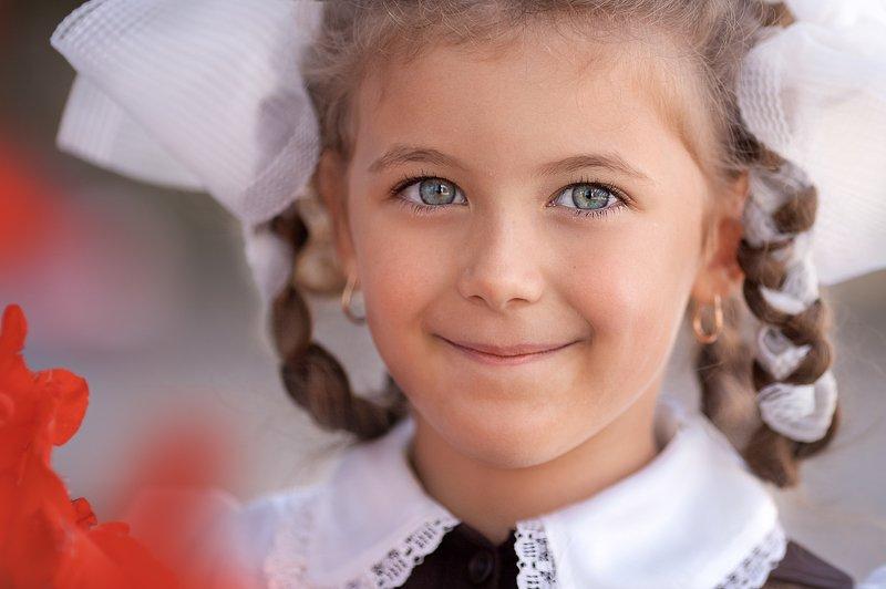девочка банты первоклашка глаза  первоклашкаphoto preview