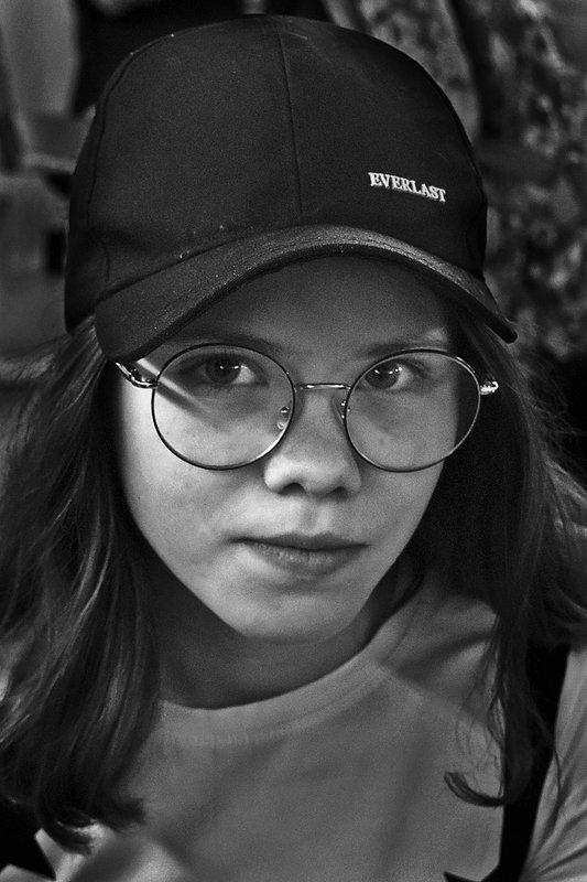портрет, девочка, глаза, взгляд, апатиты, чб Девочка в очках и бейсболкеphoto preview