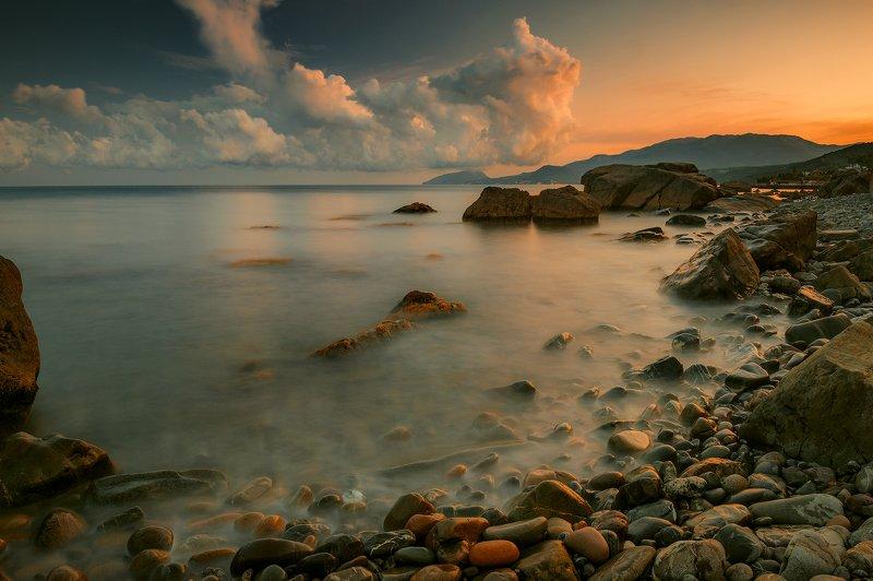 крым, пейзаж, лето, вода, море, вечер, камни, сотера, закат, облака, горы Закат с облачком, касающимся горы Аю-Даг.photo preview