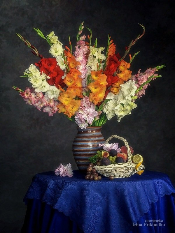 натюрморт, цветы, фрукты, август, гладиолусы, винтажный Натюрморт с букетом великолепных гладиолусовphoto preview