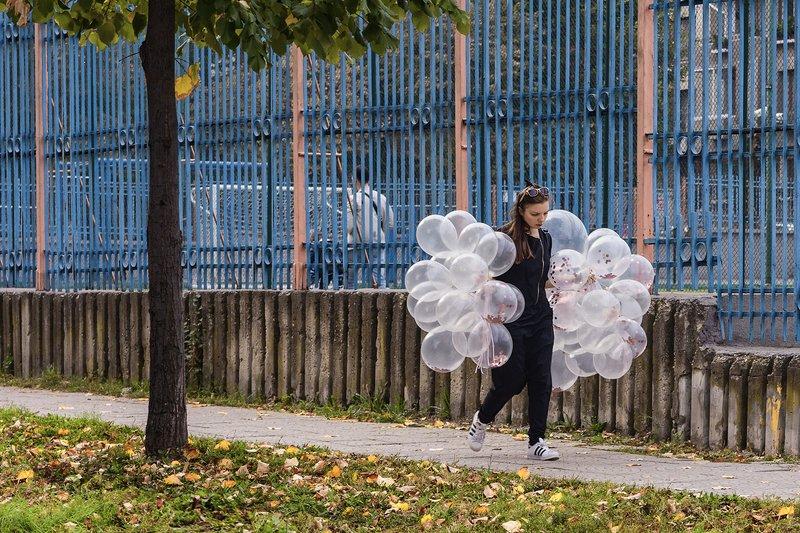 осень улица девушка грустная шары шарики дерево листья желтые Загрустила осень фото превью