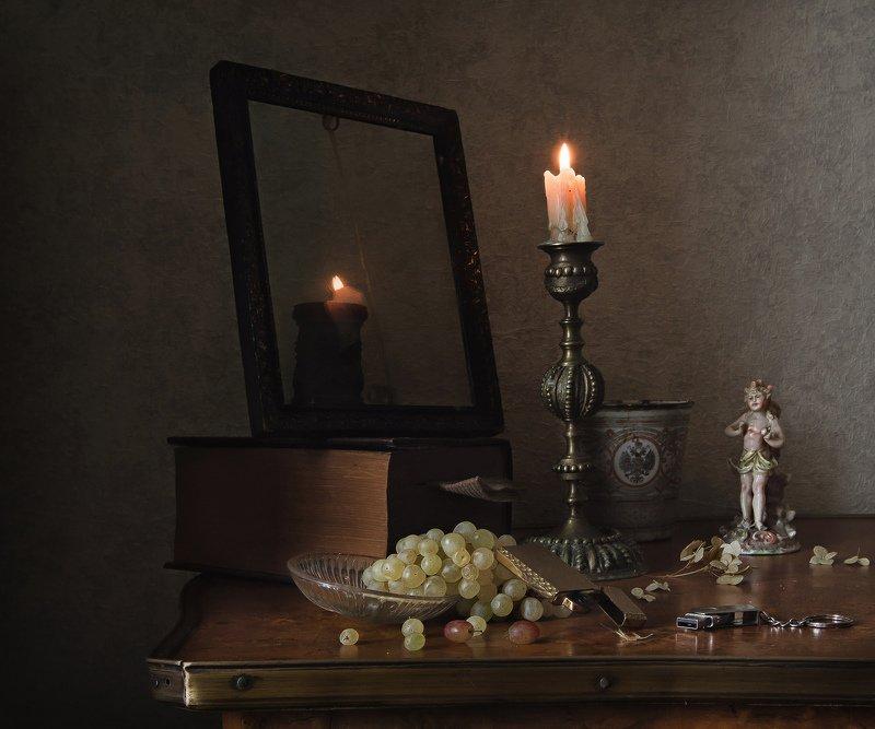 натюрморт, свеча, подсвечник, зажигалка, флешка, статуэтка, виноград Про свечу, зажигалку и флешкуphoto preview