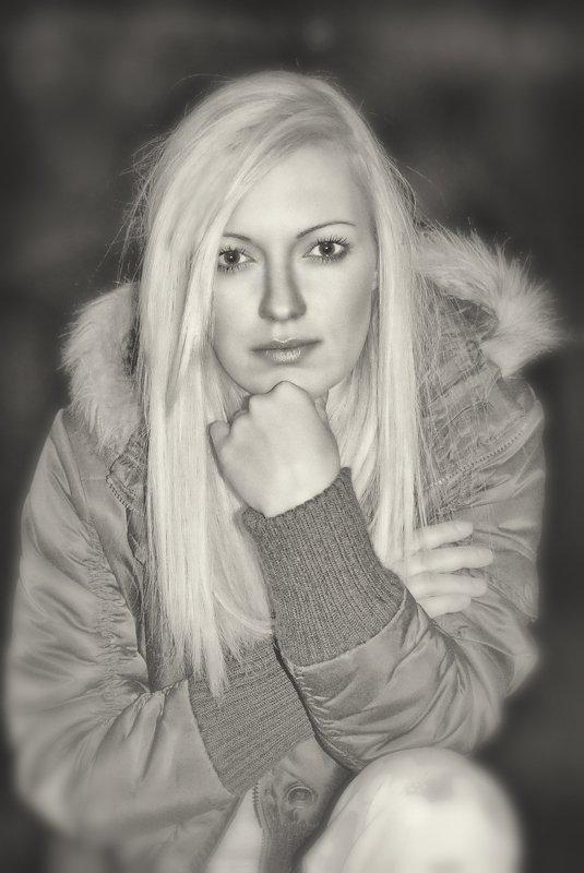 portrait, fog, black and white, b&w, bw, eyes, soft smile, soft, smile Sandaphoto preview