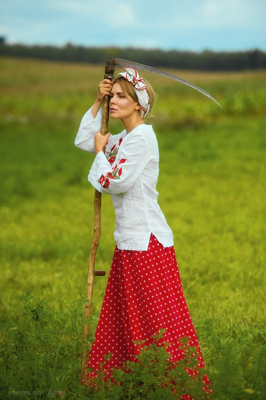девушка, красивая, поле , коса, селянка  фото превью