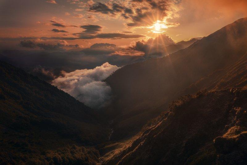 Сочи, горы, пейзаж, Красная Поляна, Бзерпский карниз, горы, лето, облака, закат Глаз Богаphoto preview