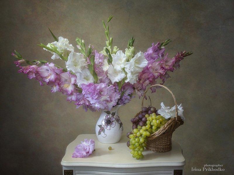 натюрморт, букет, гладиолусы, корзина винограда, винтажный Нежностьphoto preview