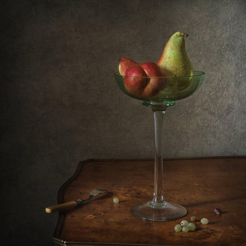 натюрморт, стекло, груши, виноград Груши и виноградинки фото превью