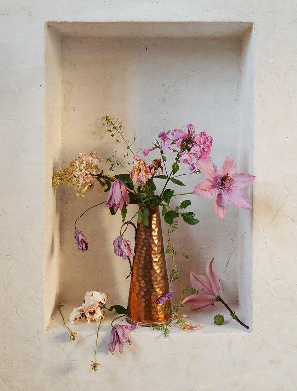 с медной вазой в белой нишеphoto preview