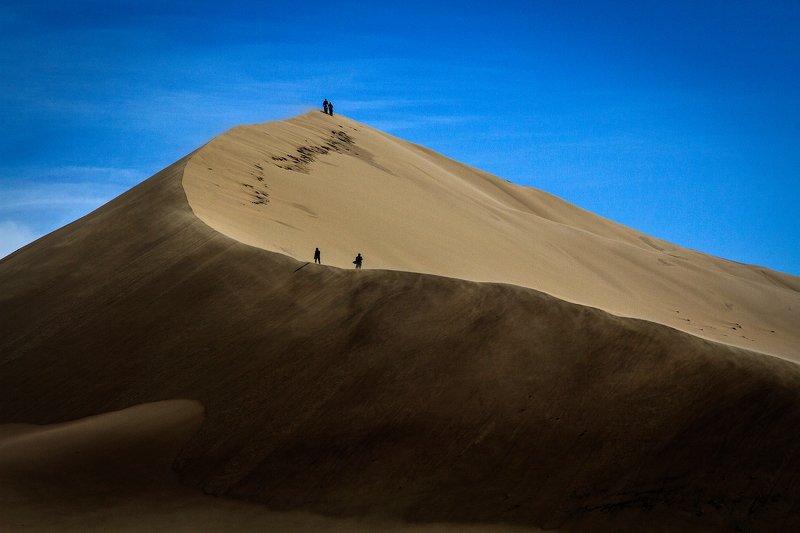 пейзаж,бархан,песок,гора,желтый,люди Восхождениеphoto preview