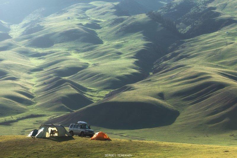 казахстан, тянь-шань,фото казахстана, пейзажи казахстана, асы, ассы, плато ассы, горы казахстана, фототурыказахстан, Человек в палатке чистит картошкуphoto preview
