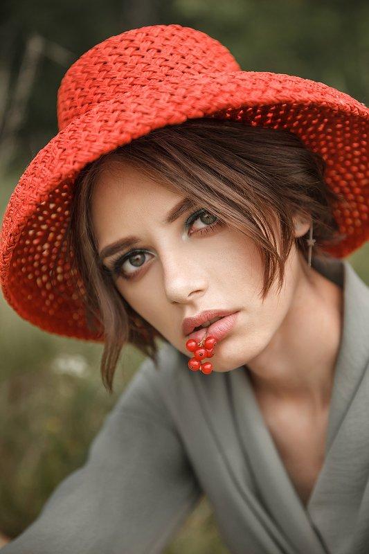 красная шапочка, женская шляпка, модное фото, фото для журнала Red riding hoodphoto preview