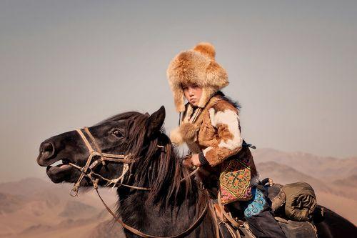 Монголия. Фестиваль Золотого орла («Golden Еagle festival»), который собирает большое количество охотников с орлами-беркутами.