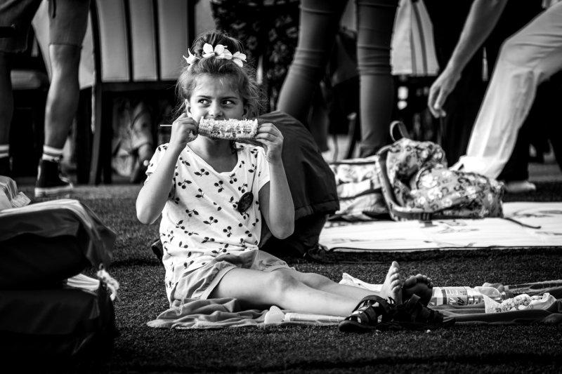 Девочка с кукурузойphoto preview