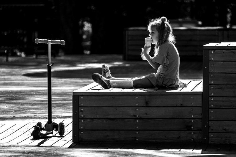 Девочка с мороженымphoto preview