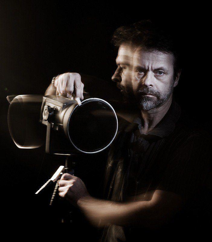 моноблок Портрет фотографа, поворачивающего моноблок влево.photo preview