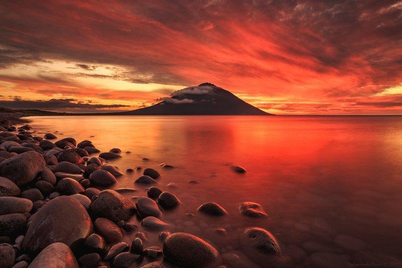 2019, россия, пейзаж, вечер, закат, море, берег, облака, камни, прибой, отражение, вулкан, итуруп, курилы Алый закатphoto preview