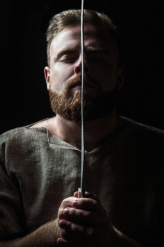мужской портрет, меч, мужчина, брутальный, борода, закрытые глаза Иванphoto preview