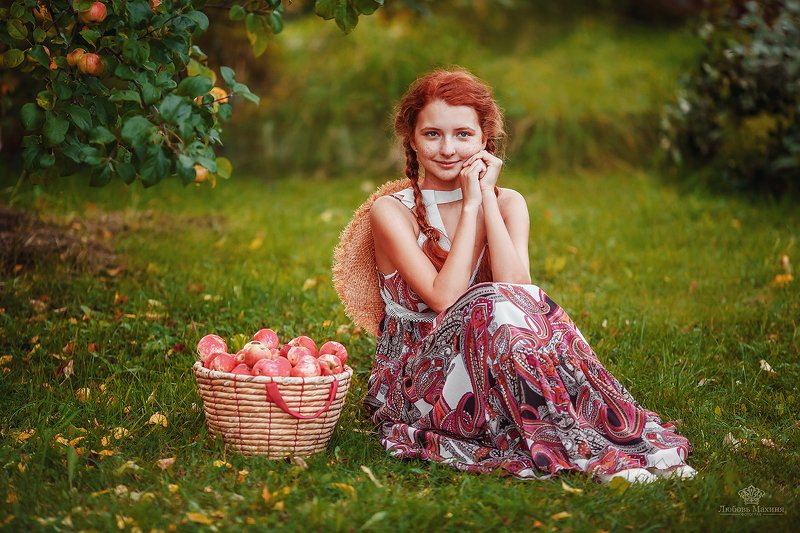 Девушка с яблокамиphoto preview