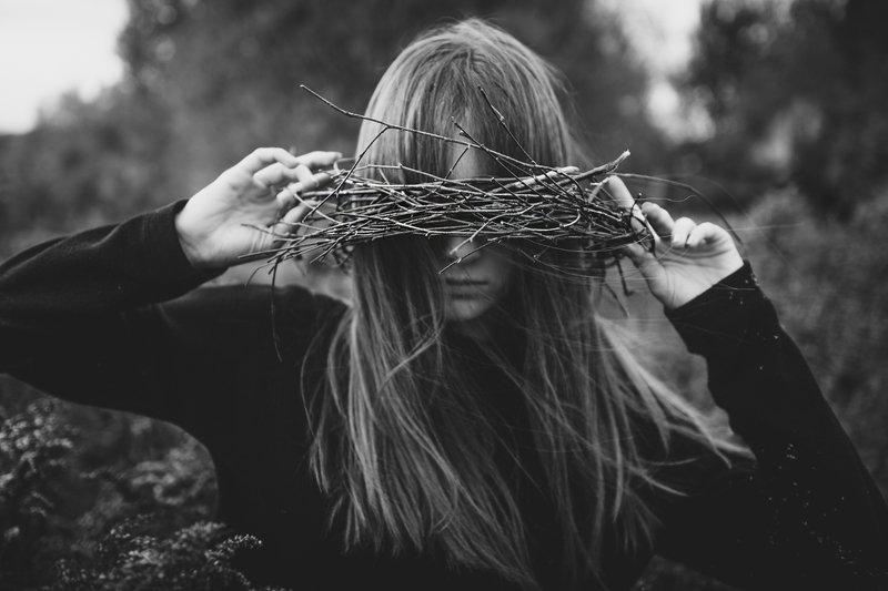 Осень, ветки,ветер,волосы,без цвета, девушка,холод,крупно,портрет. Осень знает что делать с цветамиphoto preview