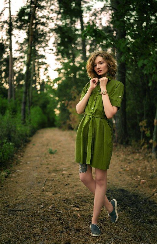 девушка, зеленый, лес, прогулка, тропа, платье, рыжая, часы, стиль, красота, тату, татуировка, красота, красивая, хвойные, сосны, елки, любительское Девушка в Зеленомphoto preview
