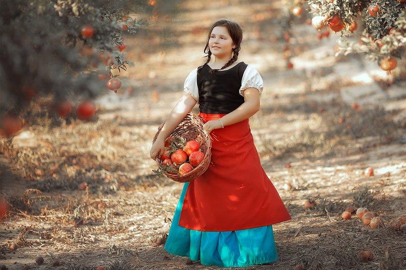 Девочка с гранатамиphoto preview