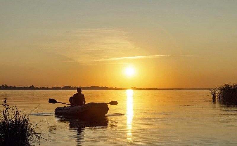 закат, вода, река, Волга, лодка, рыбак, вечер Возвращениеphoto preview