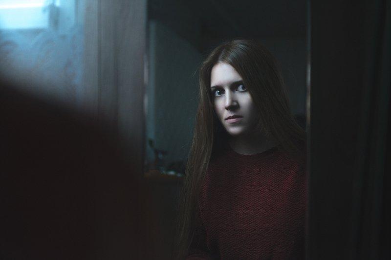 девушка,зеркало,ужасы,холод,красный,синий,портрет,вечер,сумерки,отражение. Зеркалоphoto preview