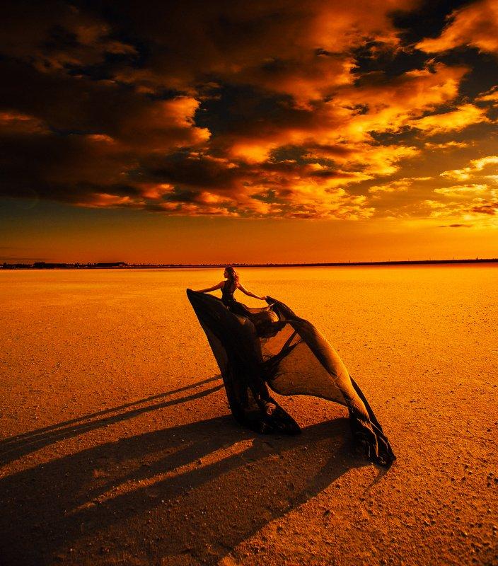 девушка пустыня закат облака Огненный ветерphoto preview